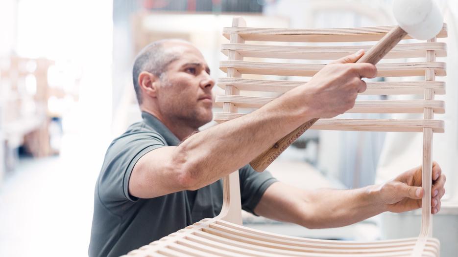 Ensembleria's founder Enrique Hernandez assembling a Valovi Chair