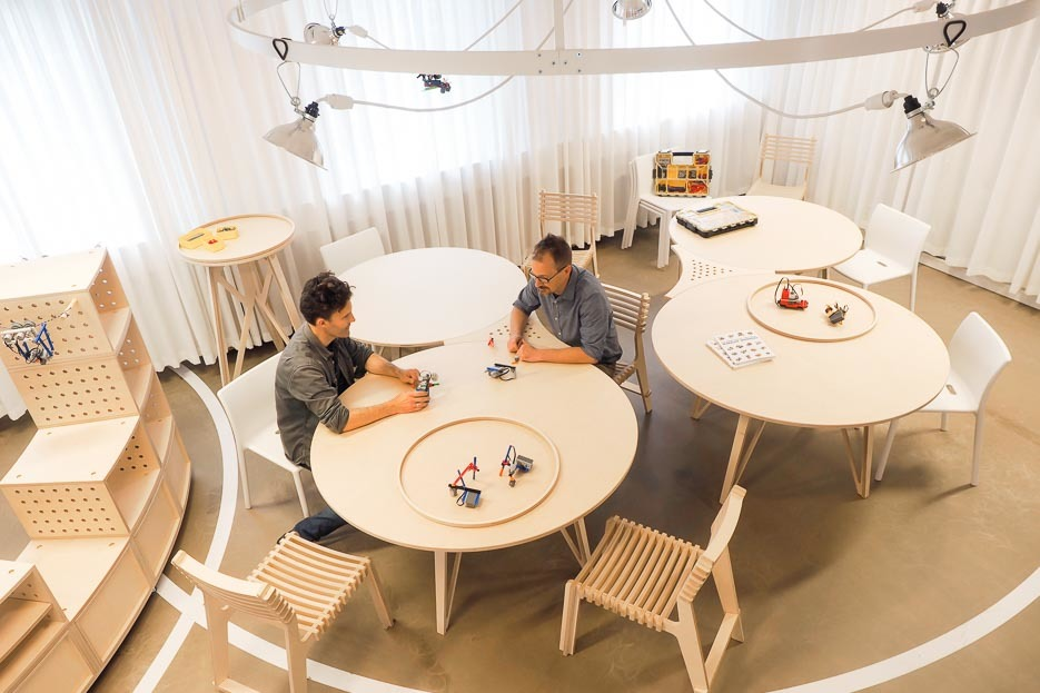 Tinkering tables for experiments in The LEGO® Idea Studio