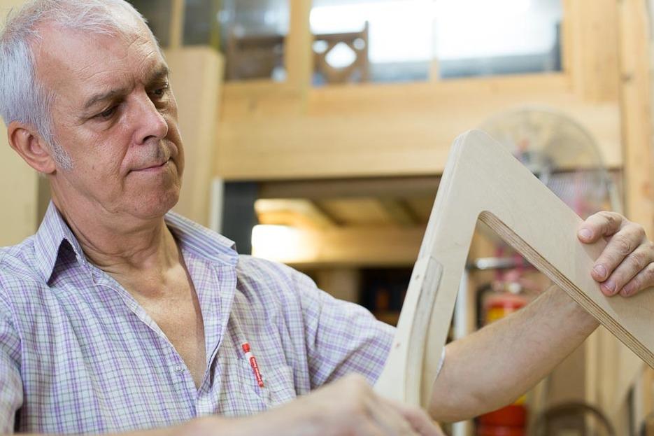 Sergi assembling a Slim Chair
