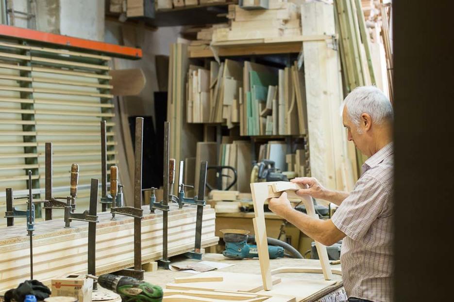 Sergi making a Slim Chair inside the Fustot Bel SL workshop